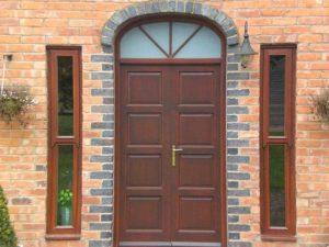 Что выбрать: деревянные или металлические двери